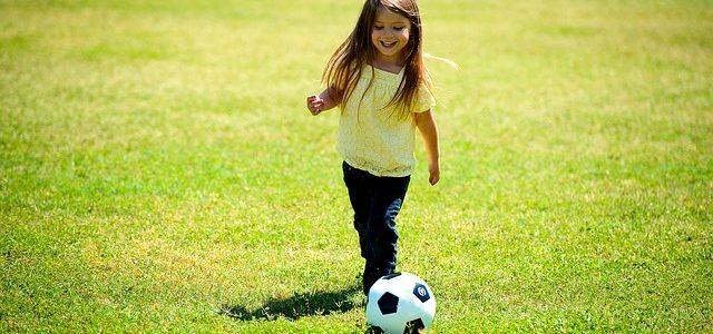 女の子とサッカーの画像